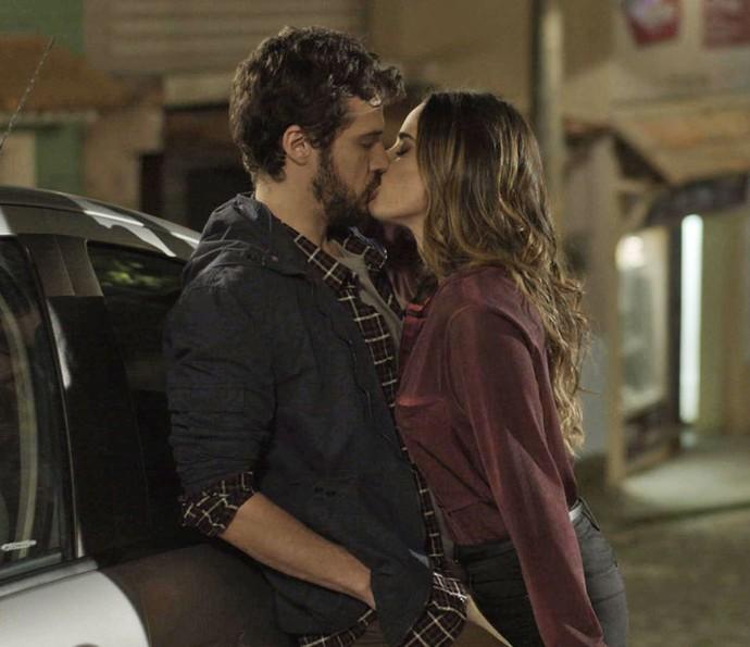Bruna não desiste de Giovanni e o beija (Foto: TV Globo)