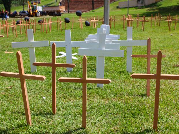 Cruzes foram colocadas na Praça da Estrada de Ferro Madeira-Mamoré em manifesto pelas vítimas de violência em Porto Velho (Foto: Vanessa Vasconcelos/G1)