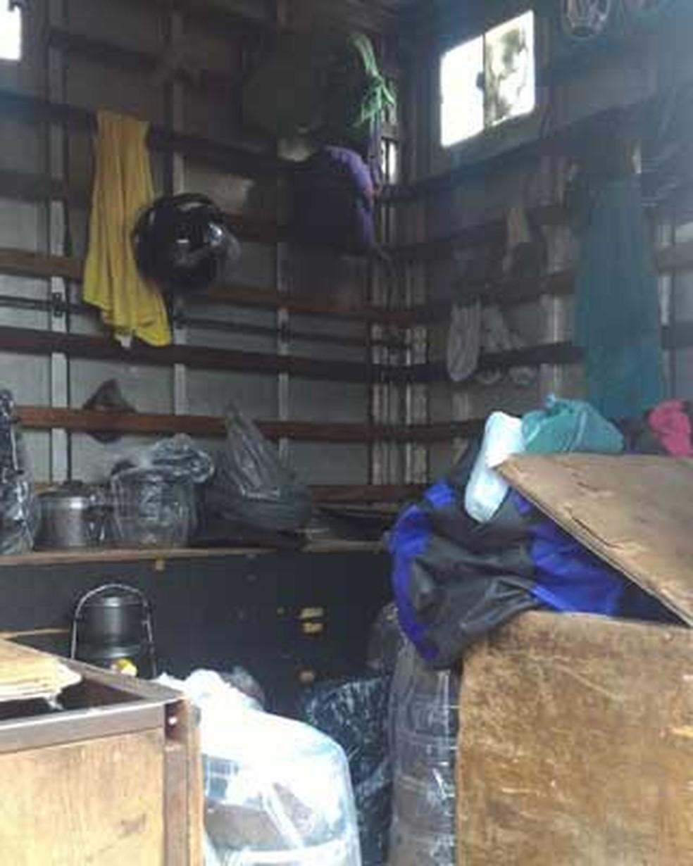 Interior de caminhão onde foram achados 15 homens em situação análoga à escravidão no DF (Foto: Polícia Militar/Divulgação)