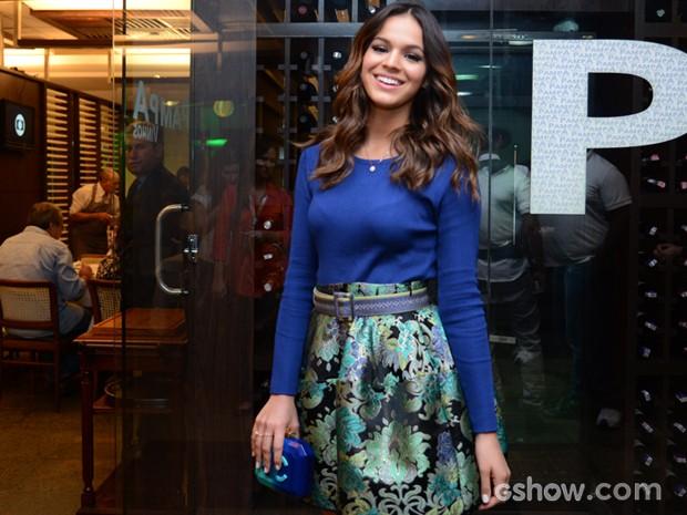 Bruna Marquezine animada para assistir ao último capítulo de Em Família (Foto: Raphael Dias / TV Globo)