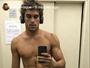 Felipe Roque mostra tanquinho em selfie no elevador: 'Hora da academia'