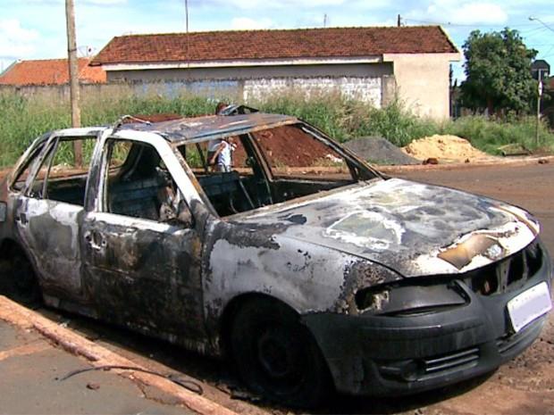 Policiais tiveram que pula muro de casa para apagar fogo em carro (Foto: Paulo Souza/ EPTV)