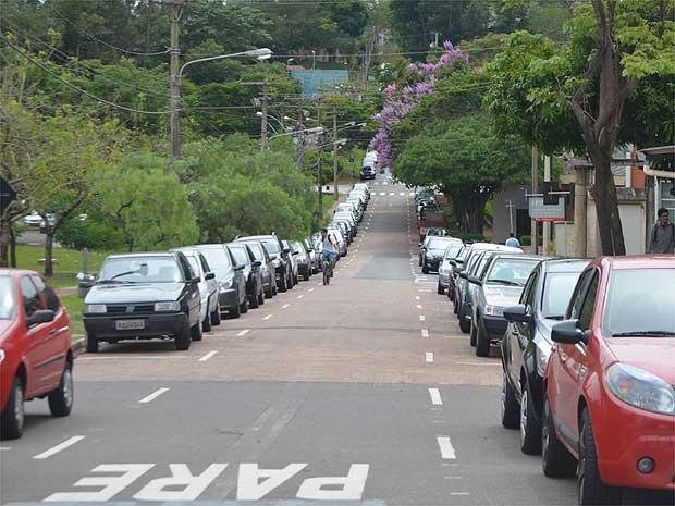 Carros estacionados em uma das ruas do campus da Unicamp em Campinas  (Foto: Luciano Calafiori/G1 Campinas)