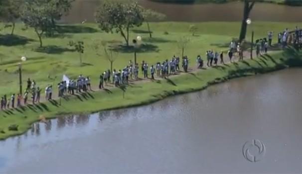 Moradores de Londrina abraçam Lago Igapó em nome da paz (Foto: Reprodução/RPC TV)