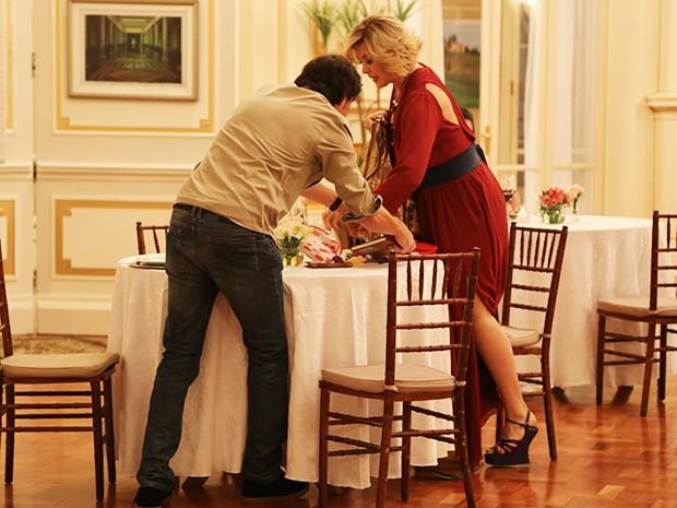 Caíque sem querer derruba a bolsa de Samantha e espalha todos os objetos na mesa (Foto: Maria Clara Lima/Gshow)