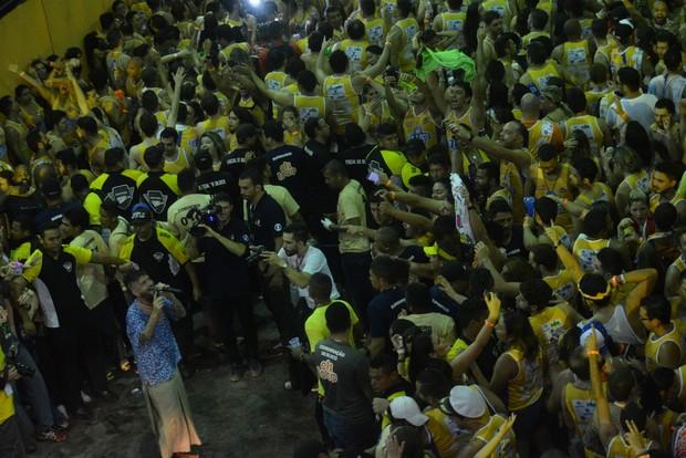 Saulo desce do trio e canta no chão durante o Fortal (Foto: Felipe Souto Maior/ Ag.News)