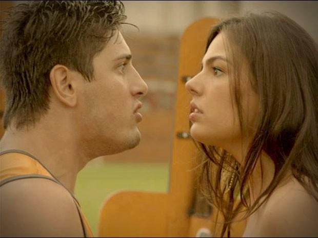 Mas Roni não gosta nadinha de ver sua mulher nua em campo (Foto: Avenida Brasil/TV Globo)
