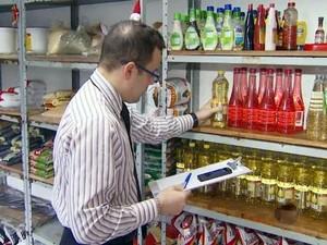 Proprietário confere estoque de restaurante em Piracicaba (Foto: Reprodução/EPTV)