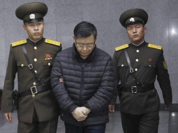 Hyeon Soo Lim durante seu julgamento nesta quarta-feira (16) na Coreia do Norte (Foto: Jon Chol Jin/AP)