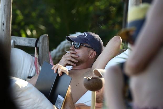 Rapaz que seria o ator Leonardo DiCaprio em Trancoso, na Bahia (Foto: Gabriel Reis/ Ag. News)