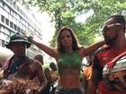 Renata Santos vai de shortinho curtir bloco no Rio