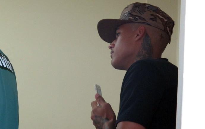 Kenedy acompanha a entrevista de Gerson (Foto: Fred Huber)
