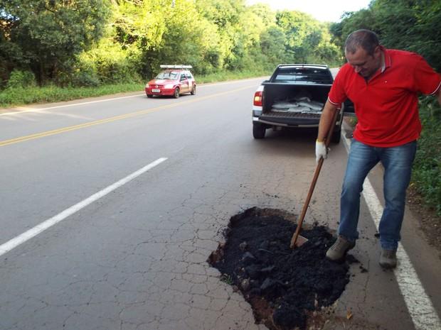 Morador resolveu tapar buracos de rodovia por conta própria (Foto: Odair Piccini/Jornal Folha Regional)