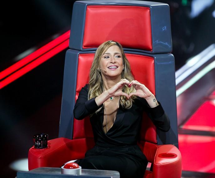 Claudia fez coraçãozinho para a plateia do The Voice Brasil (Foto: Isabella Pinheiro / Gshow)
