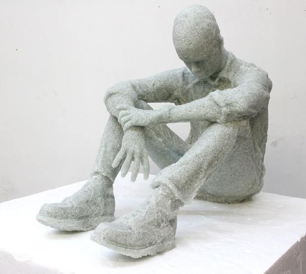 Daniel Arsham utilizou cacos de vidros compactados para formar esculturas (Foto: Divulgação)