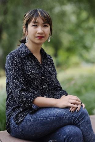 A estudante transgênero Calliope Wong no campus da Universidade de Connecticut (Foto: Jessica Hill/AP)