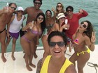 Thammy Miranda faz selfie e mostra parte do peitoral após cirurgia