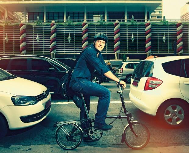 FAIXA LIVRE O empresário Tennyson Pinheiro e sua bicicleta, diante do trânsito parado na Avenida Paulista.  Ele desistiu de ter carro  (Foto: Rogério Cassimiro/ÉPOCA)
