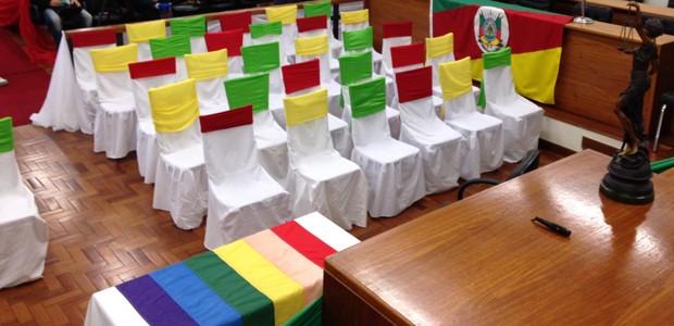 Com bandeira gay e decoração tradicionalista, fórum é preparado para casamento no RS (Foto: Estêvão Pires/G1)