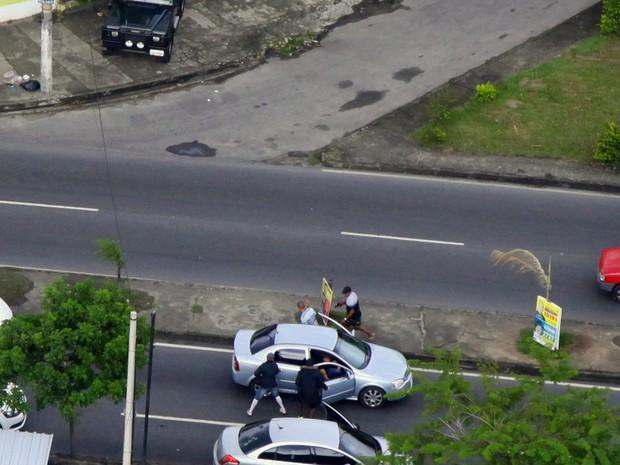Criminosos roubam carro na Marechal Alencastro, no Rio (Foto: Genilson Araújo/ Rádio CBN)