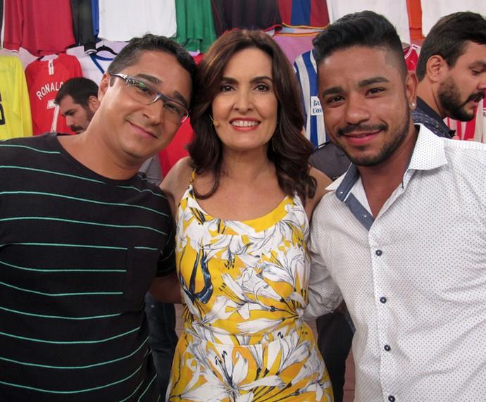 Convidados fazem foto com a apresentadora nos bastidores (Foto: Priscilla Massena/Gshow)