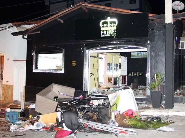 Loja de suspeito ficou destruída após ação de moradores em Extrema (Foto: Mario Ângelo/Estadão Conteúdo)