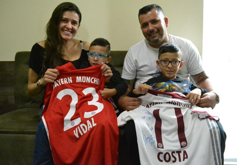 Miguel Sais (à esquerda) com seu irmão Mateus e os pais, Roseane e Douglas (Foto: Filipe Rodrigues/GloboEsporte.com)