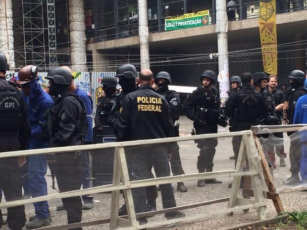 Agentes da Polícia Federal ocupam prédio desde o começo da manhã desta segunda (Foto: Cristina Boeckel / G1)