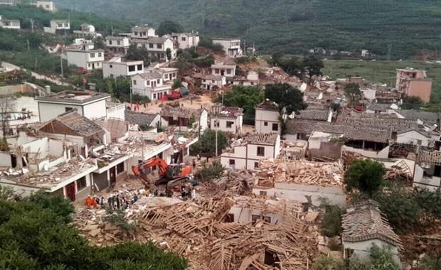 Foto mostra destruição causada por terremoto em Ludian, na China (Foto: China Daily/Reuters)