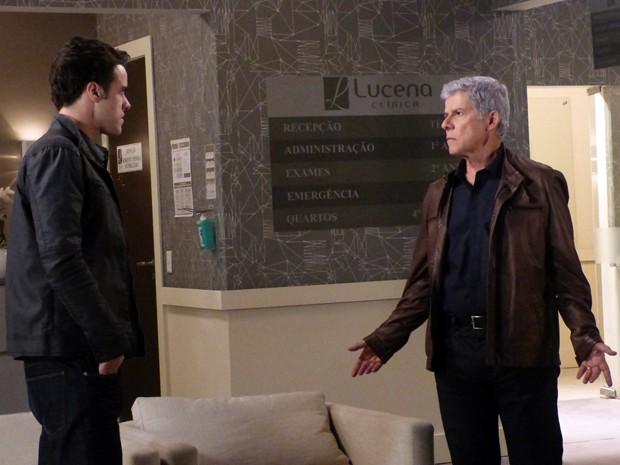 Pai e filho começam a discutir em pleno hospital  (Foto: Império/TV Globo)