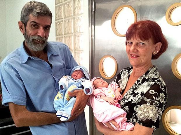 Antônia Letícia Asti, a mulher que deu à luz um casal de gêmeos aos 61 anos de idade, comemora com o marido, José, a alta médica do segundo filho em Santos (SP). O bebê ficou internado por dois meses e quatro dias desde o parto. (Foto: Jonatas Oliveira/G1)