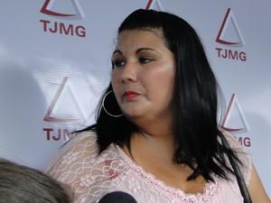 05/03/2012 - Andréa Rodrigues Silva, ex-namorada de Macarrão, na porta do Fórum de Contagem (Foto: Pedro Triginelli/G1)
