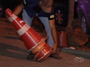Fiscalização apreende cones e dá advertência a flanelinhas, em Goiânia, Goiás (Foto: Reprodução/TV Anhanguera)