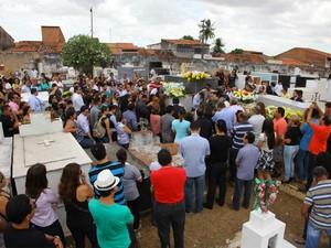 Emoção marcou o enterro de Brunno Soares (Foto: Biné Morais/O Estado)