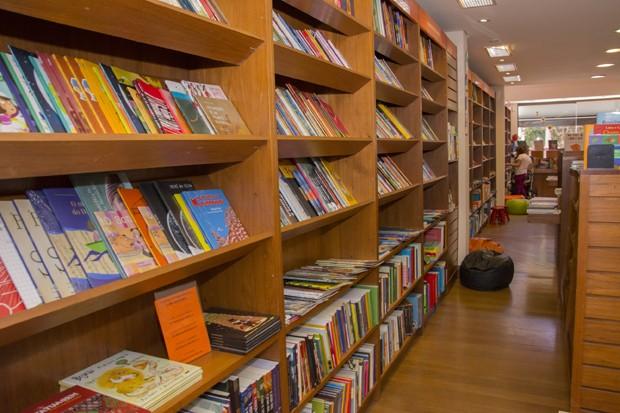 Crianças e adultos também podem aproveitar o acervo do local para explorar outros livros (Foto: Adriana Valentin  )