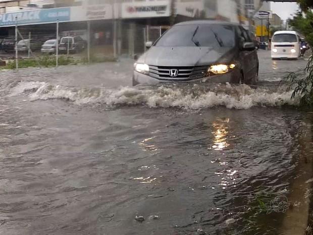 Chuva de 33 milímetros alaga ruas de Fortaleza (Foto: TV Verdes Mares/Reprodução)