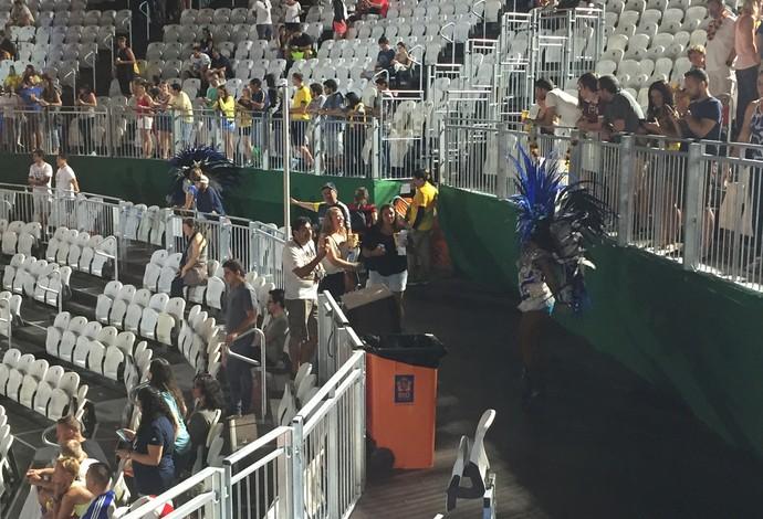 Passista da Beija-Flor na Arena de Vôlei de Praia (Foto: Lucas Barros)