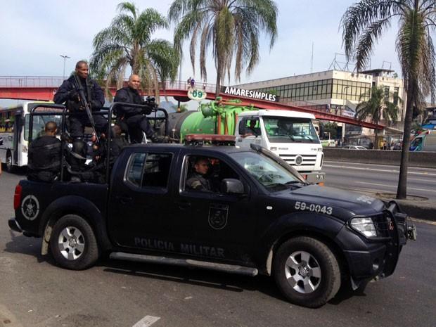 Homens do Bope realizam operação na Maré na manhã desta terça-feira (Foto: Cristiane Cardoso/G1)