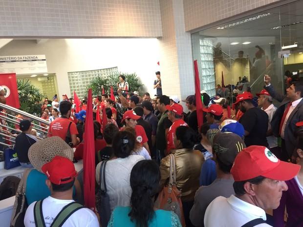 Manifestantes do MST ocupam agência da Receita Federal de Florianópolis (Foto: Rafael Faraco/RBS TV)