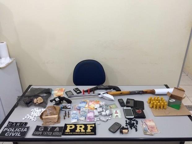 Polícia apreende em operação armas de fogo, drogas, dinheiro, celulares e munições (Foto: Divulgação/Polícia Civil)