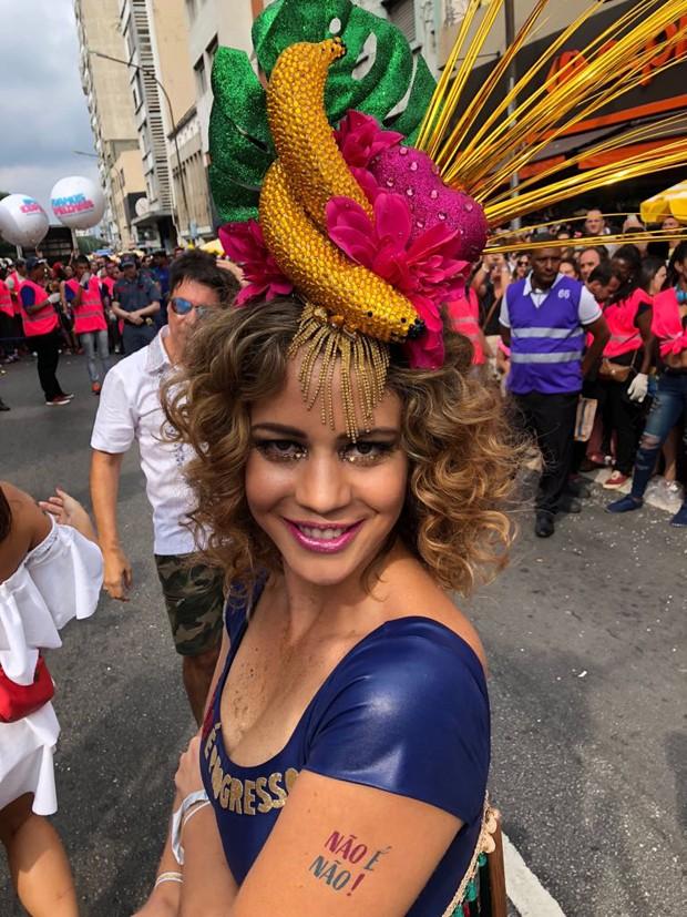 Leandra Leal com tatuagem da campanha Não é Não, contra o assédio no Carnaval (Foto: GQ)