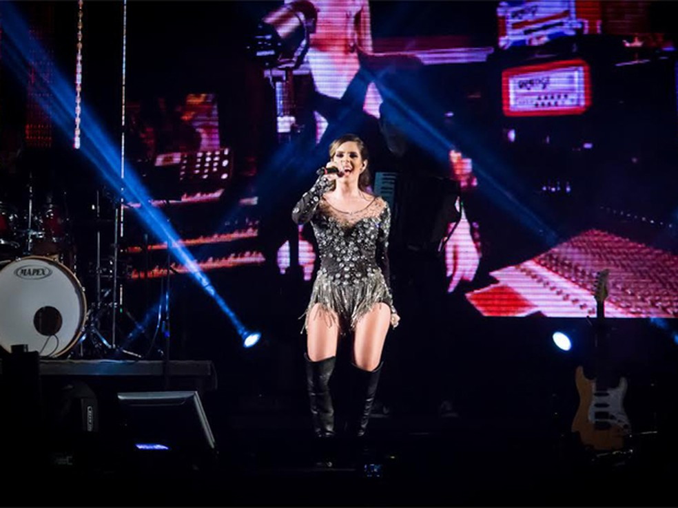 A cantora Mariana Fagundes se apresenta na Festa do Ovo de Bastos (Foto: Guarany/Divulgação)