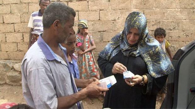 Muharram verifica remédios para ajudar iemenitas  (Foto: BBC)