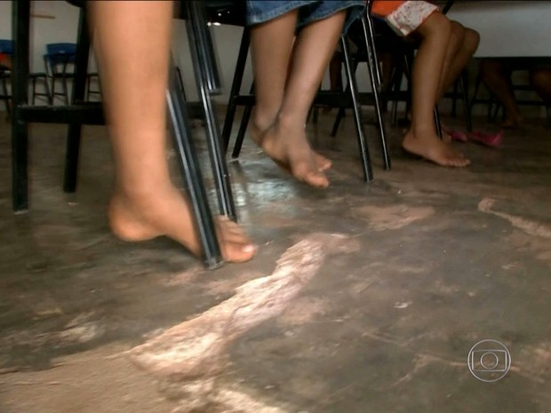 Alunos têm que assistit aulas descalços e em chão de terra batida (Foto: Reprodução/TV Globo)
