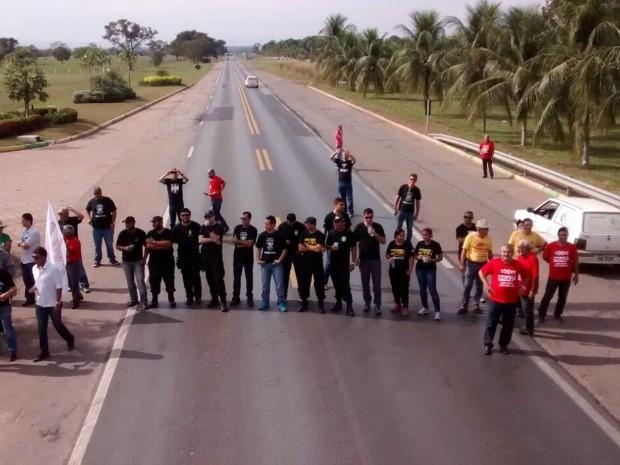 Servidores de MT bloquearam rodovia federal (Foto: Divulgação/PRF-MT)