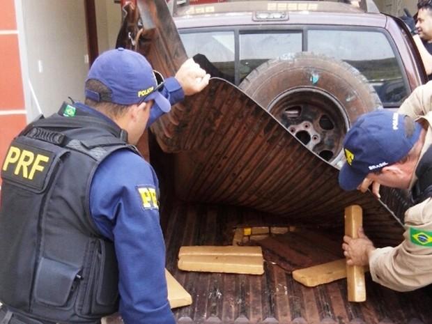 Maconha estava escondida em fundo falso de caminhonete (Foto: PRF/Divulgação)