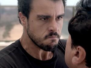Enrico surta e faz ameaça de morte! (Foto: TV Globo)