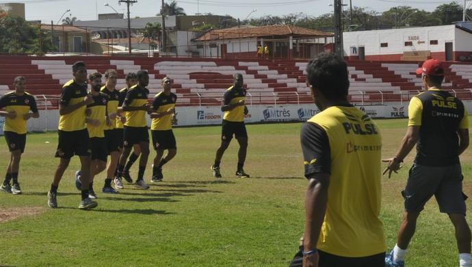 Jogadores do elenco do Vila Nova em treino (Foto: Guilherme Gonçalves/GloboEsporte.com)