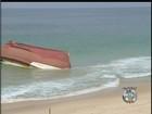 Traineira encalhada em Maricá, RJ, será desmontada para sair do mar