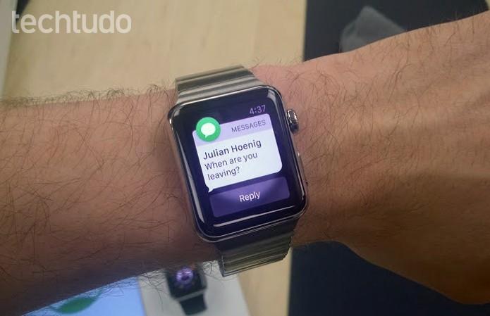 Apple Watch pode responder mensagens com texto pré-definido e voz (Foto: Elson de Souza/TechTudo)